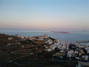 Απόγευμα στην Άνω Σύρο με θέα προς το λιμάνι.