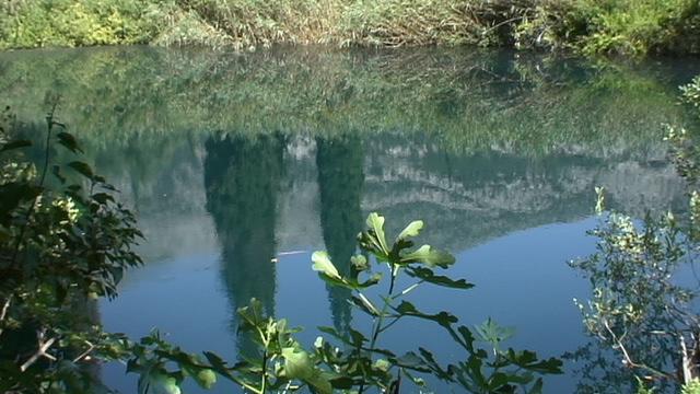 Λίμνη Άβυθος. Μια λίμνη - πηγή ποταμού με υπέροχη αντανάκλαση.