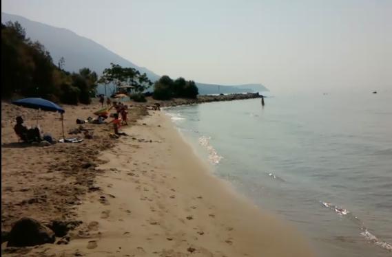 Μιά άποψη από τη παραλία. Είναι πρωινή γιαυτό είναι άδεια.