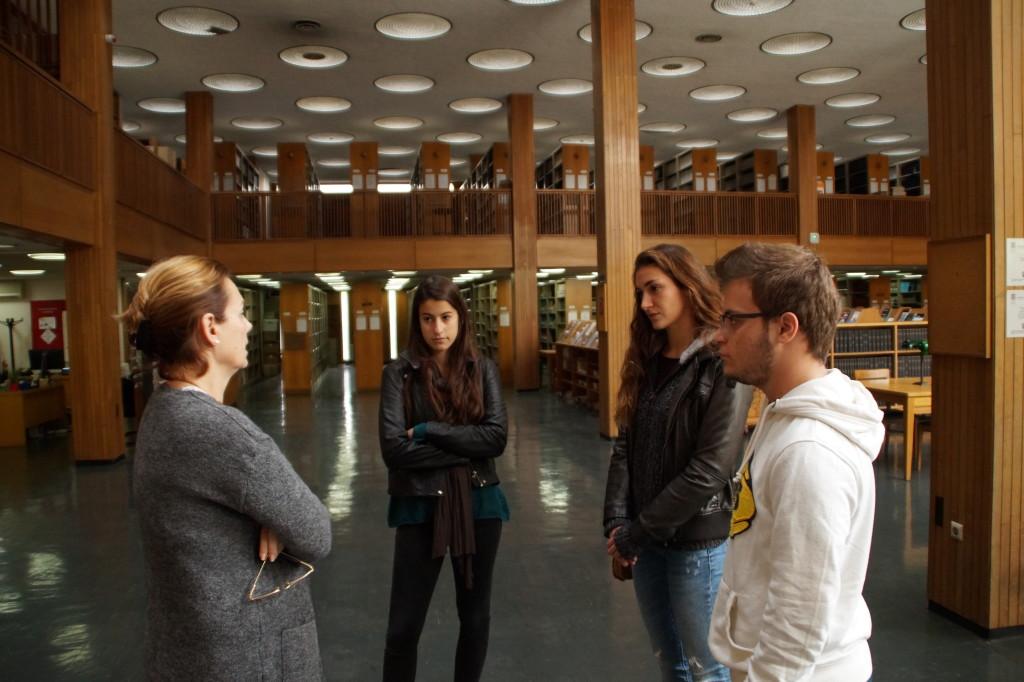 Συζητώντας με την υπεύθυνη της Βιβλιοθήκης του ΕΙΕ.